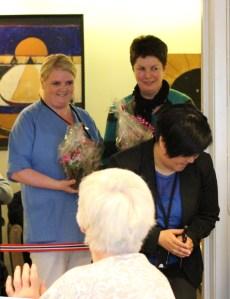 Astrid og Jannike får overrekt blomster som takk for god innsats!