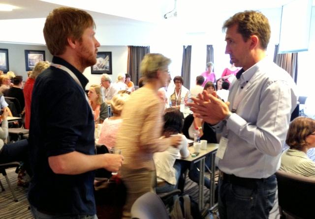 Vidar Hagerup (til høyre) i samtale med Bjørnar Hovlid fra Herøy
