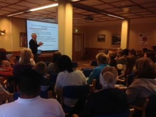 Odd Roe Skogen foreleser for en fullsatt sal. 29. oktober ble fagdagen holdt ved Sanitetshjemmet i Ålesund kommune.