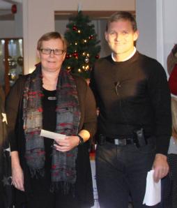 Spesialsykepleier Liv Astrid Faksvåg tok imot gaven på 10000 kr fra Alf Dahl ved Vestbase